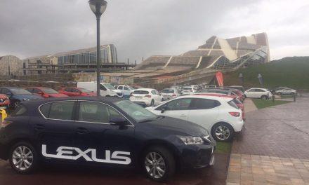 Comercios e coches, no Outlet Santiago Centro