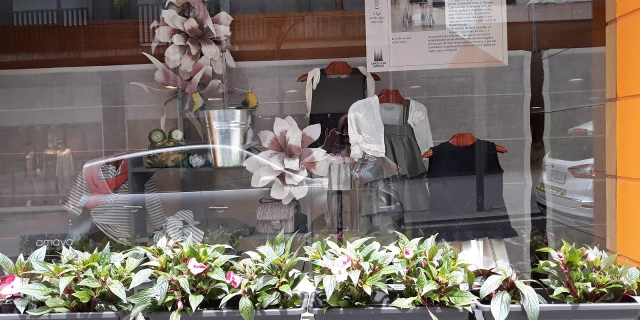A campaña de primavera no Ensanche comeza enchendo de flores os escaparates
