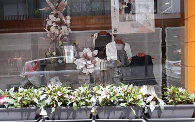 La campaña de primavera en el Ensanche comienza llenando de flores los escaparates