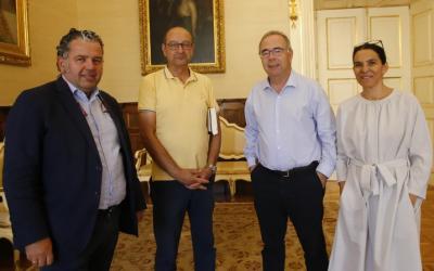 Reunión en el Concello entre el alcalde y Santiago Centro