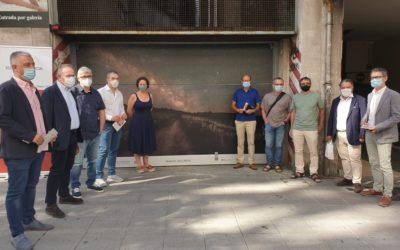 Abre Compostela Photo, la muestra que cubre los portones de garajes del Ensanche santiagués con fotos del Camino