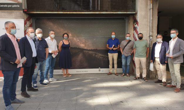 Abre Compostela Photo, a mostra que cubre os portóns de 15 garaxes do Ensanche santiagués con fotos do Camiño