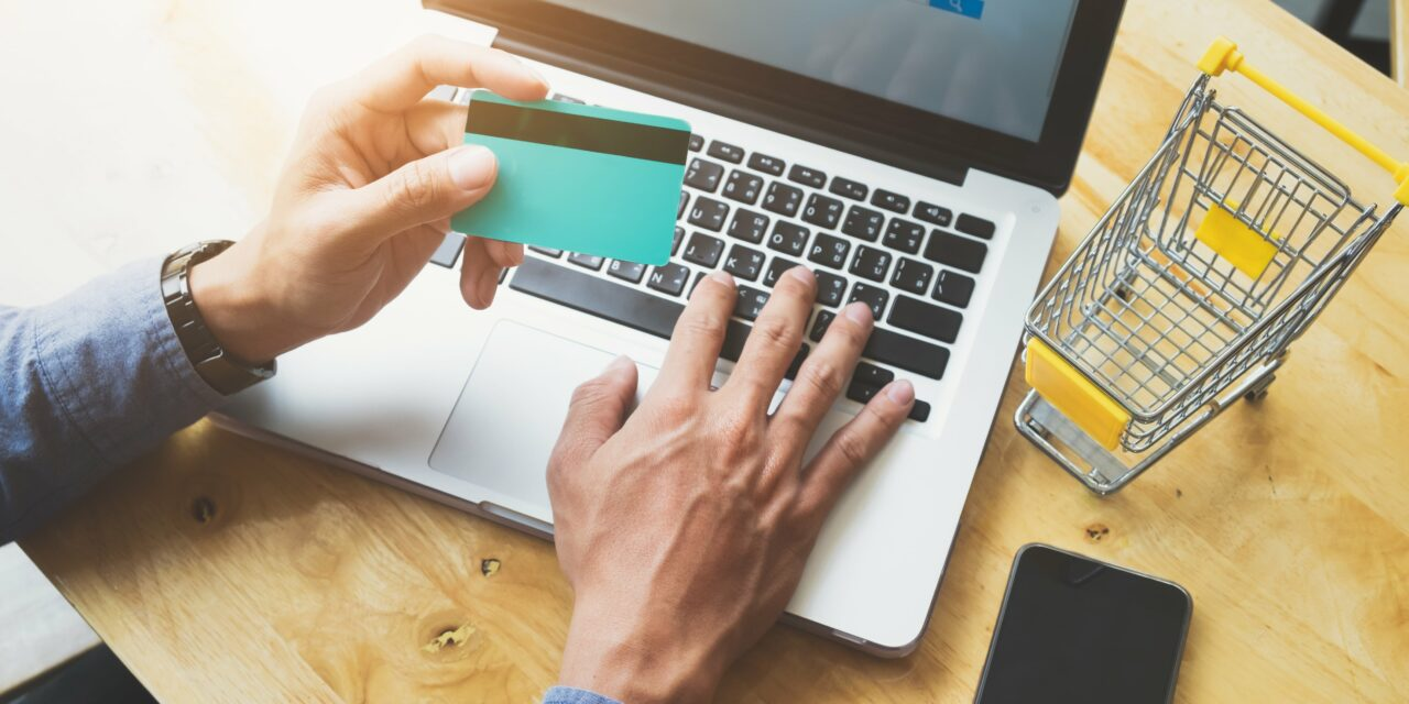 Un de cada tres españois compra semanalmente por internet